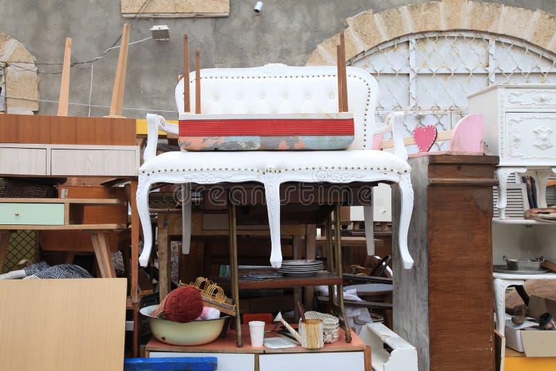 Винтажная мебель и другой штат на районе блошинного Яффы стоковое изображение rf