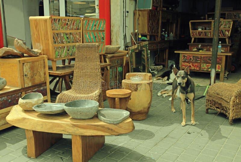 Винтажная мебель на входе, который нужно ходить по магазинам на блошинном Яффы в телефоне a стоковая фотография