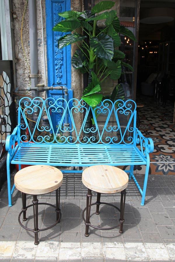 Винтажная мебель утюга сини на блошинном Яффы в Тель-Авив стоковые фотографии rf