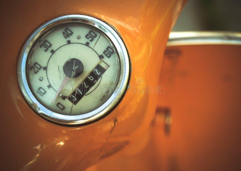 Винтажная оранжевая деталь одометра мопеда стоковые изображения
