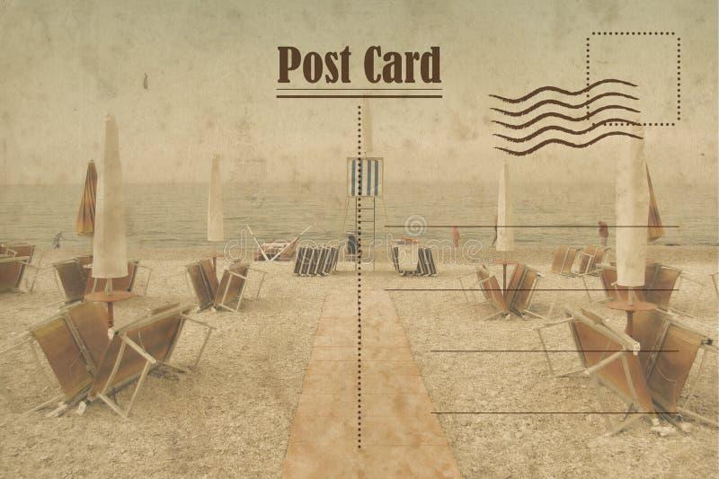 Винтажная открытка лета Зонтики и deckchair на пляже стоковое фото