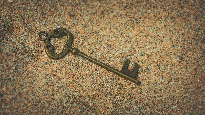 Винтажная отмычка на песке стоковые фотографии rf