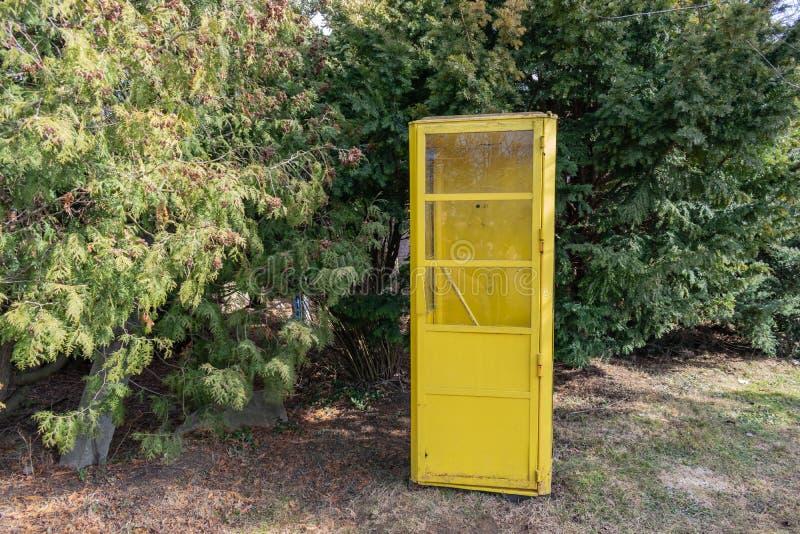 Винтажная переговорная будка стоя outdoors в парке стоковые фото