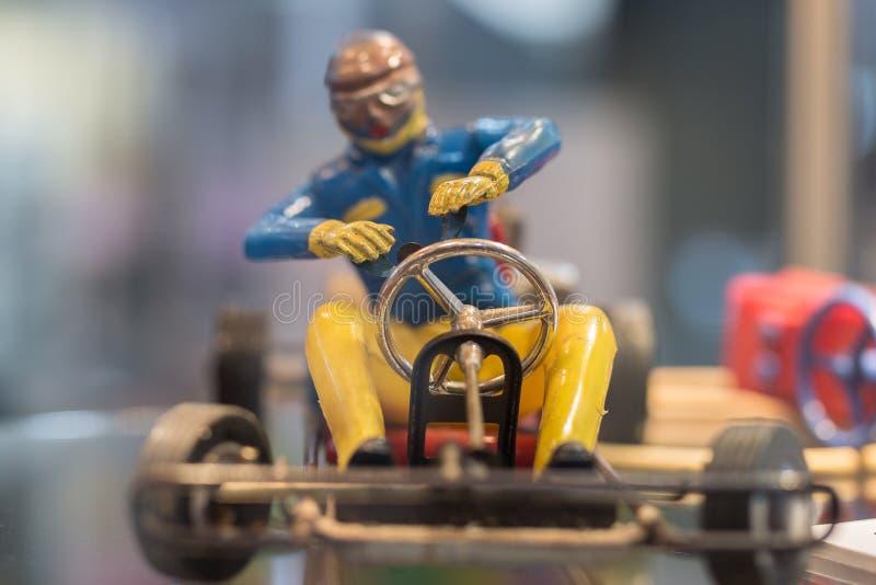 Винтажная пластиковая игрушка пилота со шлемом и стекла управляя a идут-Kart стоковое изображение