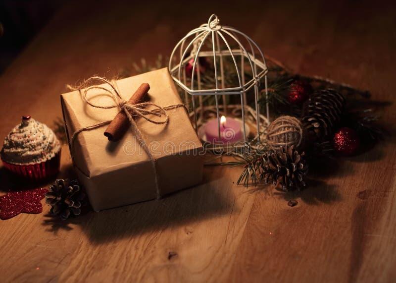 Винтажная подарочная коробка и свеча на предпосылке рождества стоковая фотография