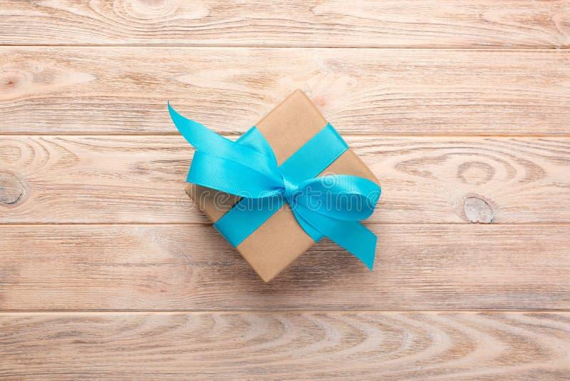 Винтажная подарочная коробка на деревянной предпосылке Взгляд сверху стоковая фотография rf