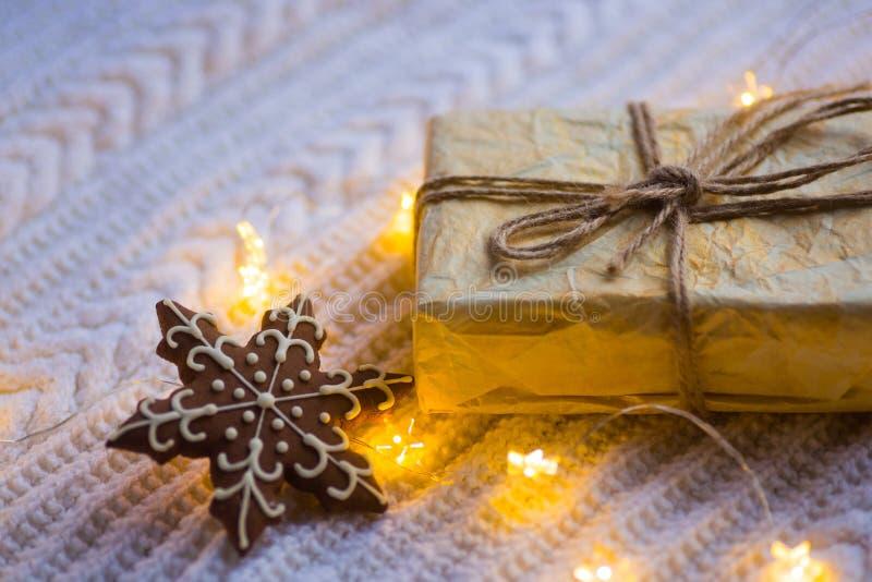 Винтажная подарочная коробка с печеньем шоколада в форме снежинки и стоковые фотографии rf