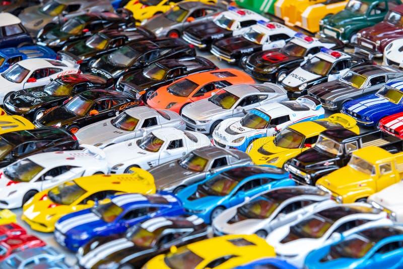 Винтажная полиция или современные игрушки автомобиля для продажи на рынке стоковые изображения rf