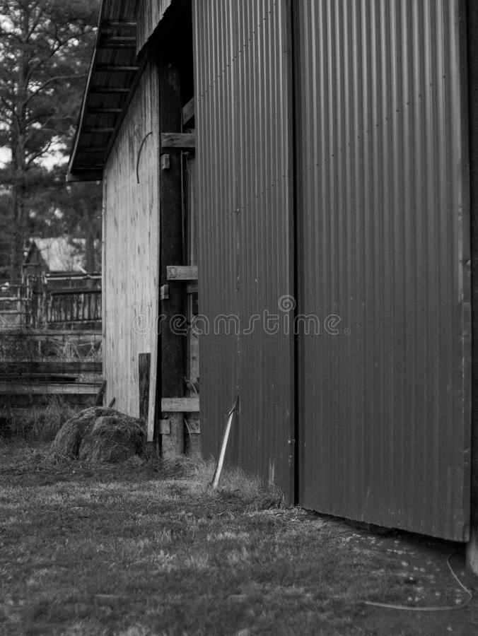 Винтажная половина дверей амбара открытая стоковые фотографии rf