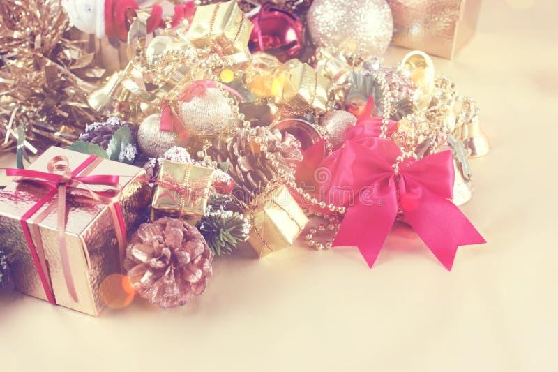 Винтажная предпосылка рождества стиля с подарочной коробкой и украшениями стоковые изображения