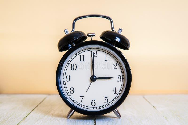 Винтажная предпосылка с ретро будильником 3pm am на деревянном столе стоковые изображения