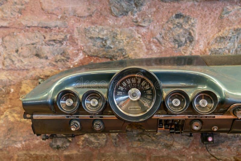 Винтажная приборная панель автомобилей стоковое фото
