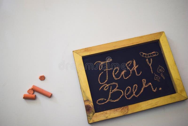 Винтажная прямоугольная доска при красочный мел изолированный на белом фестивале в октябре backgroundCelebrate - штыри одежд на g стоковые изображения