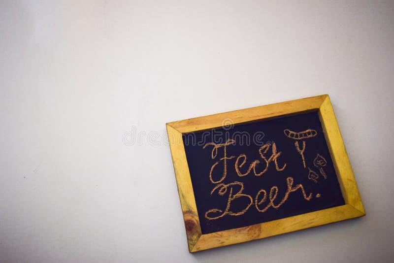 Винтажная прямоугольная доска при красочный мел изолированный на белом фестивале в октябре backgroundCelebrate - штыри одежд на g стоковая фотография rf