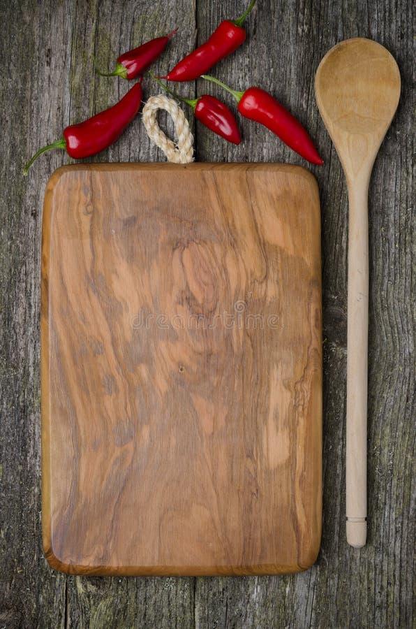 Винтажная разделочная доска с космосом для текста, ложки, перцев chili) стоковая фотография rf