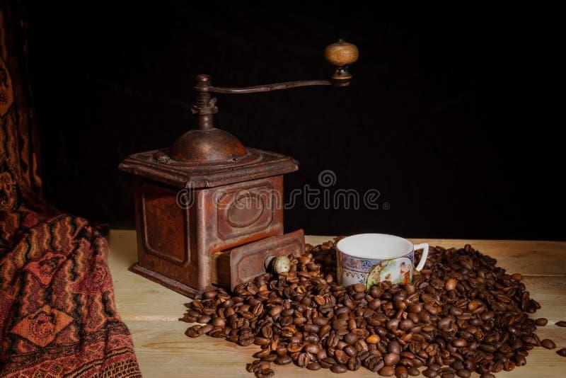 Винтажная, ретро бронзовая мельница кофе на черной предпосылке стоковая фотография rf