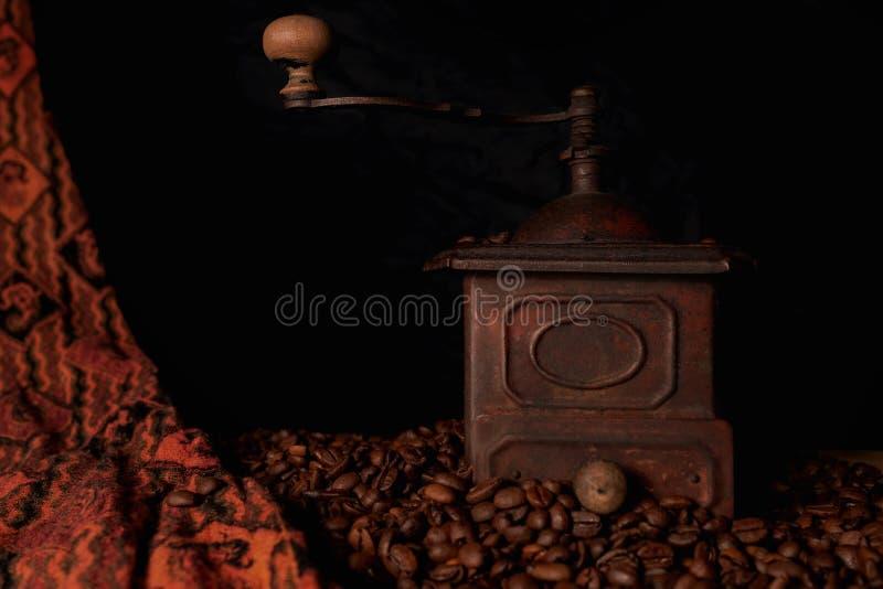 Винтажная, ретро бронзовая мельница кофе стоковое изображение rf