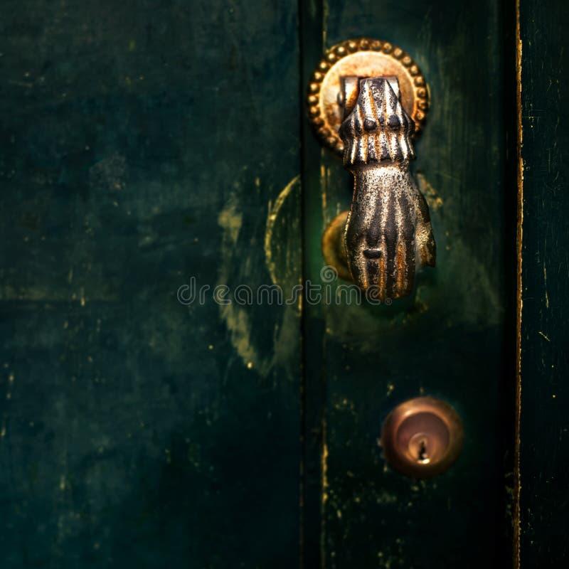 Винтажная ручка двери с темной пылевоздушной Scratchy стеной черноты текстуры стоковое фото rf