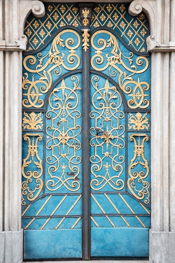 Винтажная старая голубая дверь с орнаментом золота стоковые фотографии rf