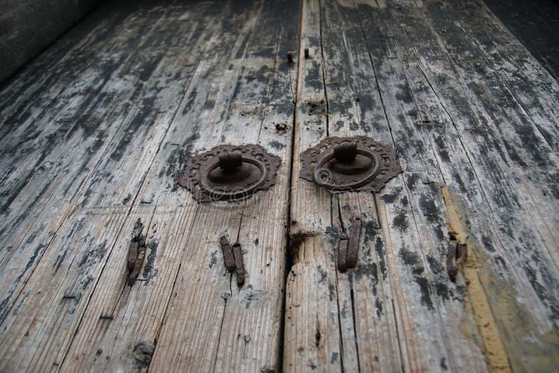 Винтажная старая деревянная китайская дверь стоковые фото