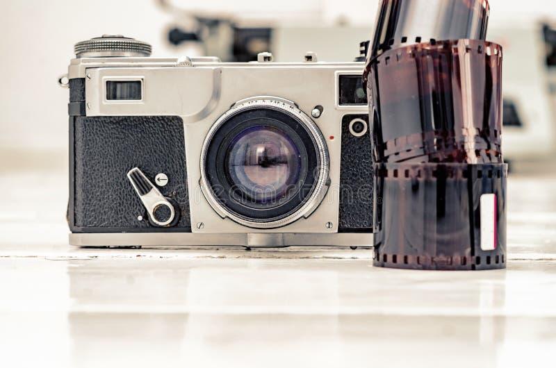 Винтажная старая камера с фильмом 35mm красным Старое оборудование стоковые изображения rf