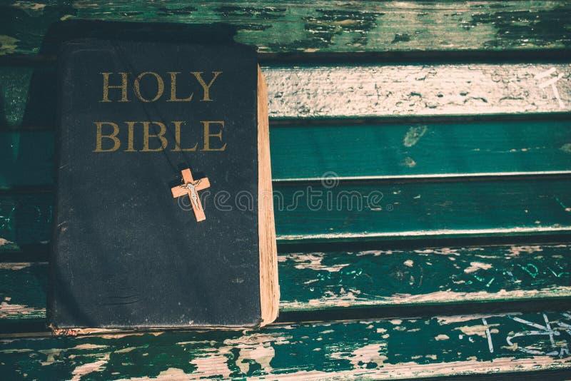 Винтажная старая книга библии, grunge текстурировала предусматрива с деревянным христианским крестом Ретро введенное в моду изобр стоковые изображения rf