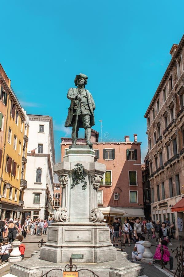 Винтажная статуя Carlo Goldoni под солнцем Campo Сан Bartolomeo Венецией венето Ита стоковые изображения