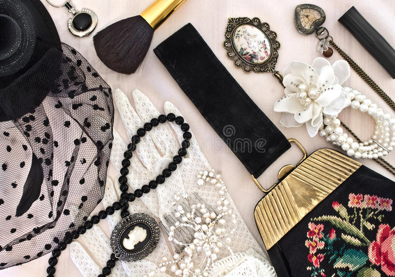 Винтажная сумка, шляпа с вуалью и ювелирные изделия женщин стоковое изображение rf
