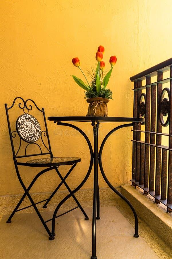 Винтажная таблица и стул на расслабляющей террасе стоковые изображения