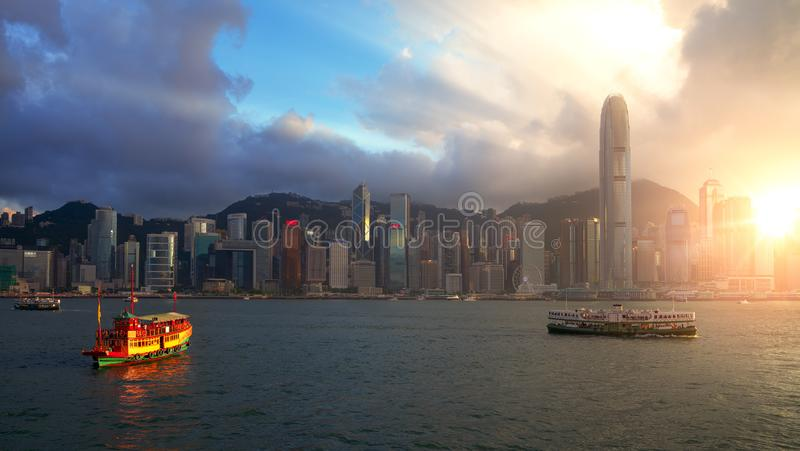 Винтажная шлюпка с городом Гонконга стоковая фотография rf