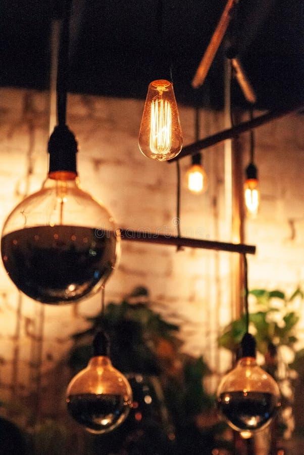 Винтажная электрическая лампочка вольфрама вися от потолка стоковое фото