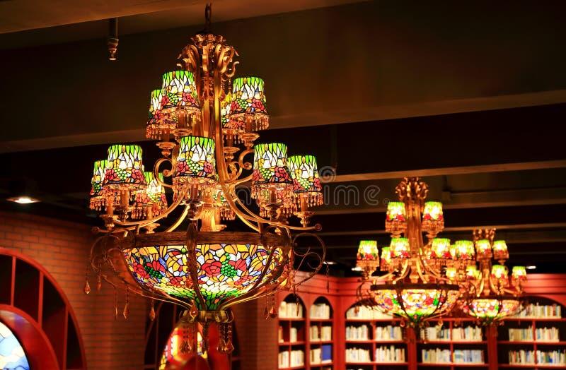 винтажная люстра, декоративное приспособление потолочного освещения, ретро привесная лампа стоковые фото