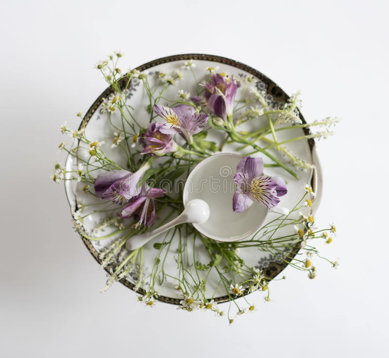 Винтажное блюдо и цветки Надземный взгляд Плоское положение, взгляд сверху стоковое фото