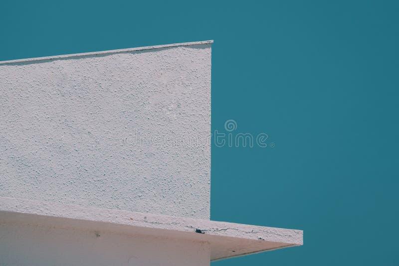 Винтажное здание и голубое небо, предпосылка лета стоковые изображения rf