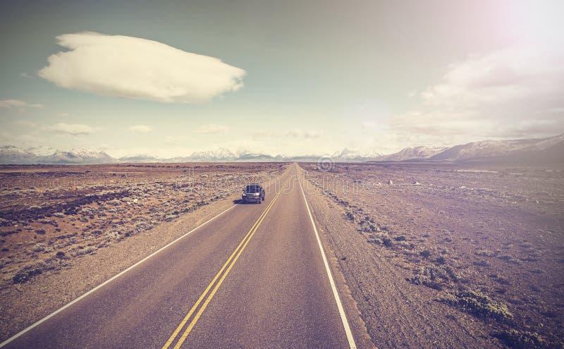 Винтажное изображение автомобиля на бесконечном шоссе страны, Ruta 40 стоковые изображения