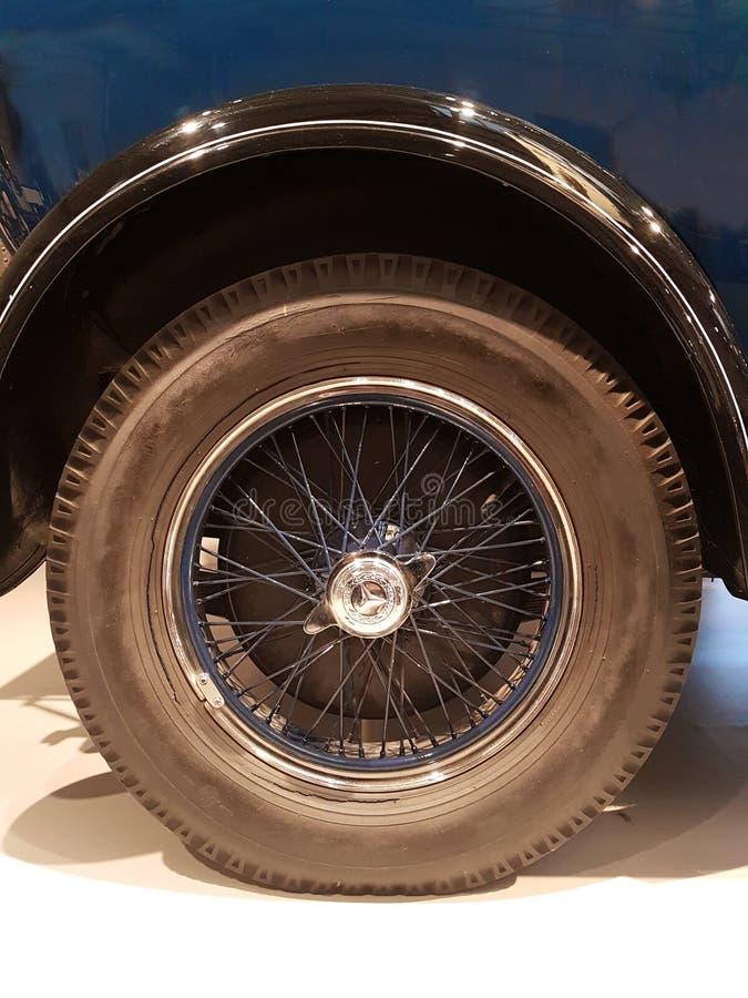 Винтажное колесо автомобиля от классических кораблей стоковые изображения
