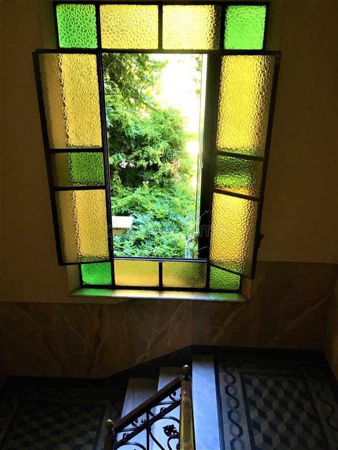 Винтажное окно, красота, мода, дизайн интерьера и сказка в городе Турина, Италии стоковое фото rf