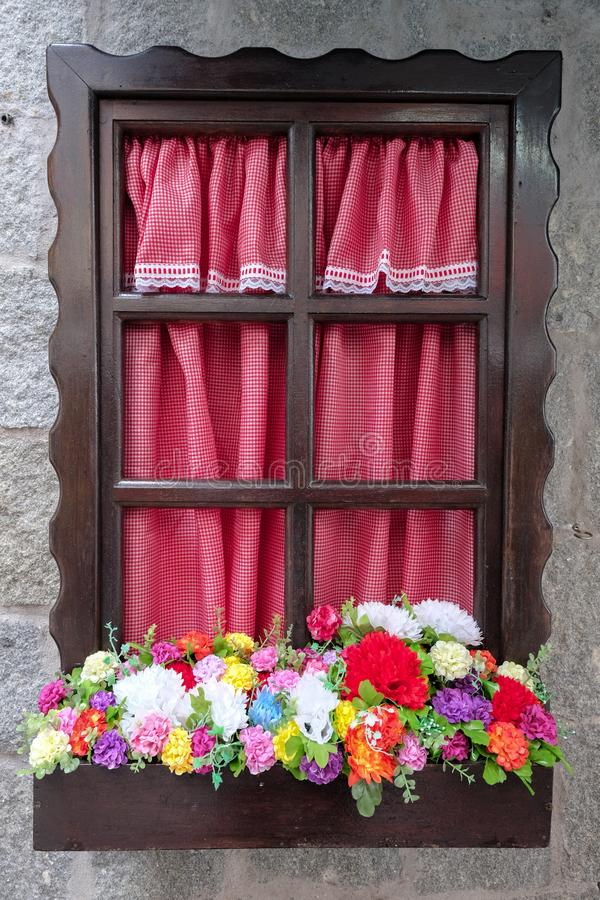 Винтажное окно с цветками и штарками стоковые фото