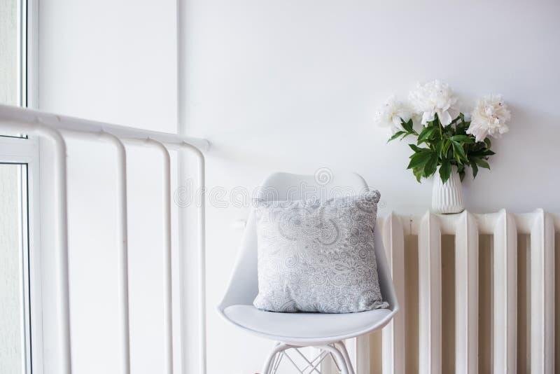 Винтажное домашнее украшение, свежие пионы и стул дизайнеров с стоковая фотография rf