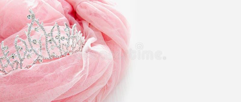 Винтажное платье Тюль розовое шифоновое и тиара диаманта на деревянной белой таблице Свадьба и girl& x27; концепция партии s стоковые изображения