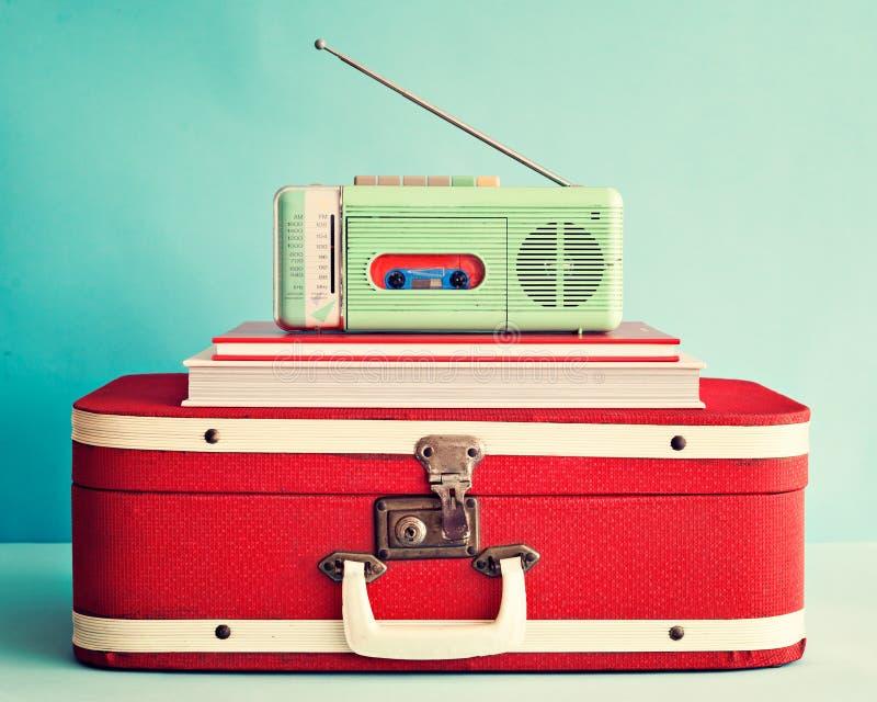 Винтажное радио над книгами стоковая фотография rf