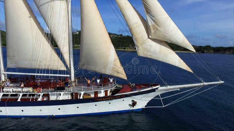 Винтажное ретро классическое старое плавание парусника на синем океане стоковая фотография rf