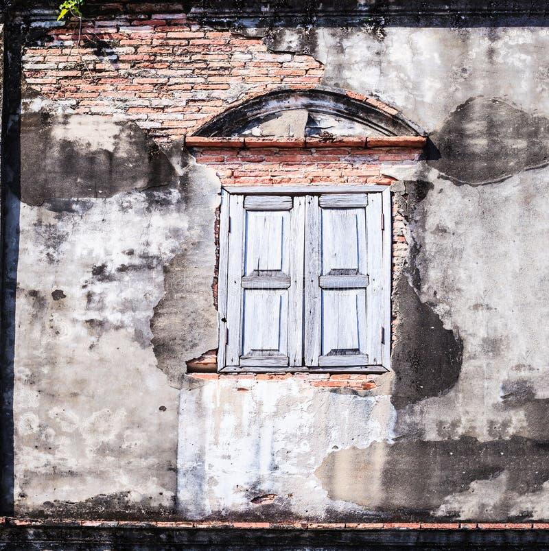 Винтажное ретро старое достигшее возраста окно и коричневым текстурированная цветом стена блока кирпича глины Архитектурноакустич стоковое изображение rf