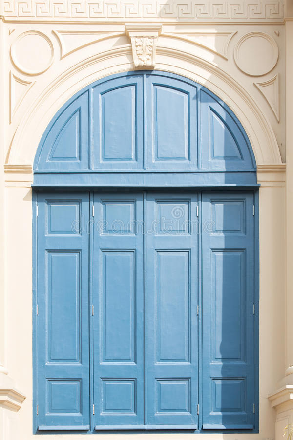 Винтажное старое голубое окно стоковые фотографии rf