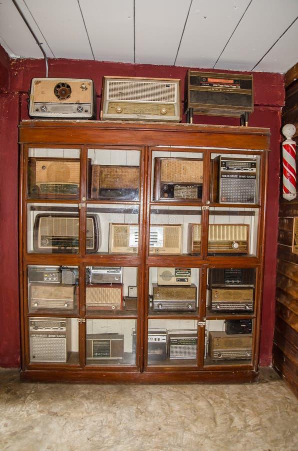 Винтажное старое собрание радио показывая на античном ` Khen челки запрета ` музея стоковые фотографии rf