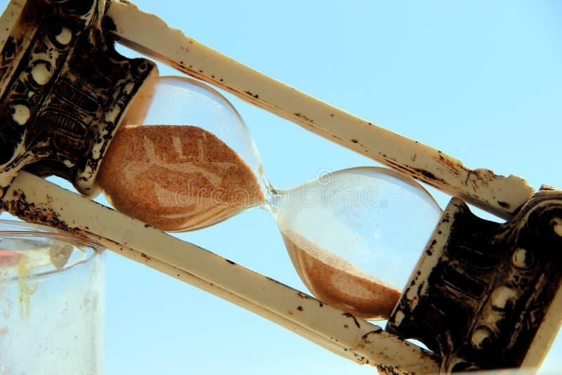 Винтажное стекло наклонено по диагонали против голубого неба стоковые фото