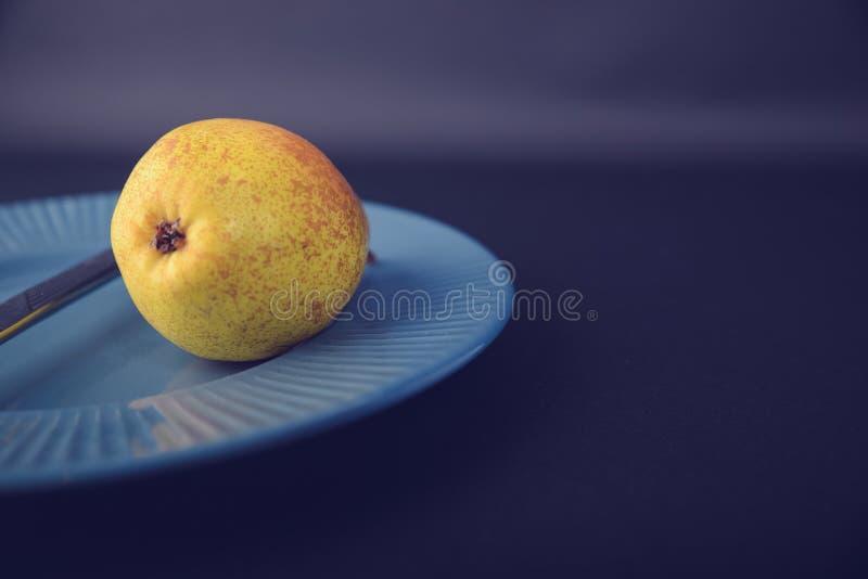 Винтажное украшение плакировкой - желтая груша стоковое фото rf