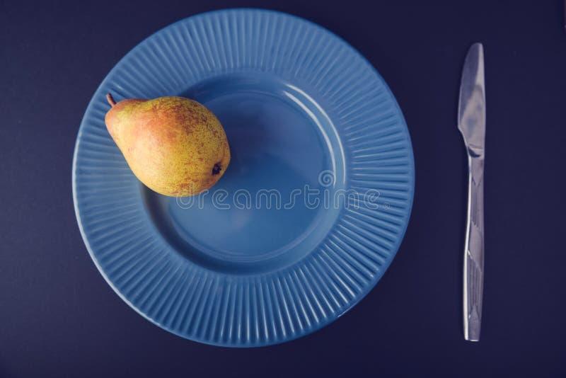 Винтажное украшение плакировкой - желтая груша стоковые фото
