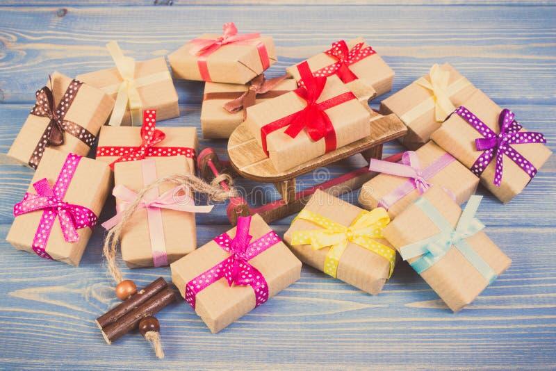 Винтажное фото, деревянный скелетон и подарки с лентами для рождества или другого торжества стоковое фото
