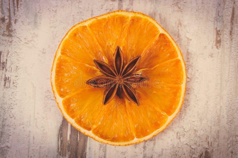 Винтажное фото, кусок высушенного апельсина и анисовка звезды на старой деревянной предпосылке стоковые изображения rf